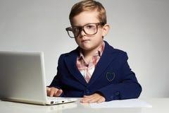Homem de negócios novo que usa um portátil imagens de stock