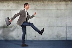 Homem de negócios novo que vai aos projetos novos Fotos de Stock Royalty Free