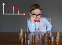 Homem de negócios novo referido sobre o mercado de valores de ação fotografia de stock royalty free