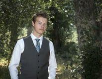 Homem de negócios novo seguro no ar livre da camisa e do laço fotografia de stock royalty free