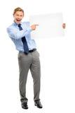 Homem de negócios novo seguro que mantém a bandeira isolada nos vagabundos brancos imagem de stock