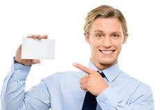 Homem de negócios novo seguro que mantem o cartaz isolado em b branco fotografia de stock royalty free