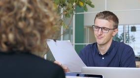 Homem de negócios novo Taking Papers Documents e desaprovado o projeto no escritório 4K vídeos de arquivo