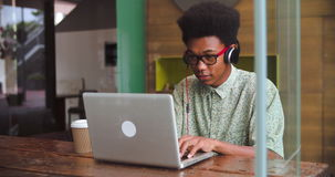 Homem de negócios novo Working On Laptop na cafetaria vídeos de arquivo