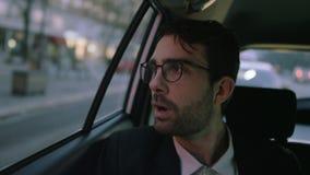 Homem de negócios novo Yawning While Sitting no carro vídeos de arquivo