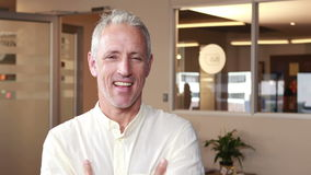 Homem de negócios ocasional de sorriso que faz os polegares acima video estoque