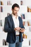 Homem de negócios ocasional Looking em uma tabuleta Imagem de Stock Royalty Free