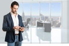Homem de negócios ocasional Looking em uma tabuleta Fotografia de Stock Royalty Free
