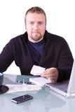 Homem de negócios ocasional novo que trabalha em sua mesa imagem de stock royalty free