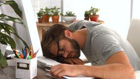 Homem de negócios ocasional que dorme na mesa vídeos de arquivo