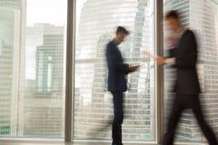 Homem de negócios ocupado que apressa-se no negócio no escritório Fotos de Stock Royalty Free