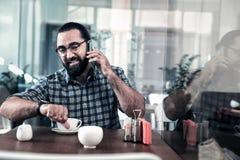 Homem de negócios ocupado que chama seu colega ao arranjar a reunião imagens de stock royalty free