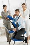 Homem de negócios ocupado que começ a massagem imagem de stock