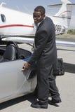 Homem de negócios Opening The Door do carro Foto de Stock Royalty Free