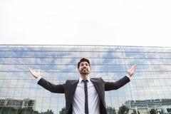 Homem de negócios ou trabalhador bem sucedido que estão no terno perto do prédio de escritórios imagens de stock