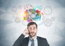 Homem de negócios de pensamento, cérebro da engrenagem fotos de stock