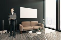 Homem de negócios pensativo com portátil Fotos de Stock