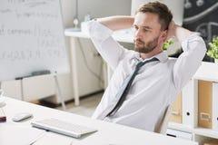 Homem de negócios pensativo considerável na mesa imagem de stock royalty free