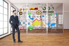 Homem de negócios pensativo na sala com esboço Imagem de Stock