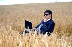Homem de negócios pensativo no campo Fotografia de Stock