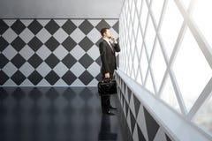 Homem de negócios pensativo no interior do tabuleiro de xadrez Fotografia de Stock