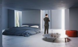 Homem de negócios pensativo no quarto concreto Imagem de Stock Royalty Free