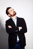 Homem de negócios pensativo novo ocasional que olha acima no copyspace Foto de Stock