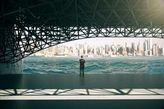 Homem de negócios pensativo sob a ponte Fotografia de Stock Royalty Free