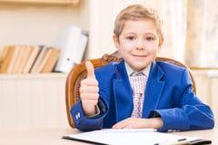 Homem de negócios pequeno que mostra os polegares acima Fotografia de Stock