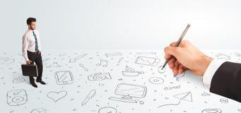 Homem de negócios pequeno que olha ícones e símbolos tirados à mão Imagem de Stock Royalty Free