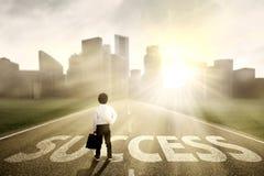 Homem de negócios pequeno que procura o sucesso Foto de Stock Royalty Free