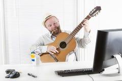Homem de negócios Play Guitar, bebida e fumo Fotografia de Stock Royalty Free