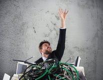 Homem de negócios prendido por cabos conceito do esforço e do excesso de trabalho imagem de stock royalty free