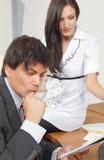Homem de negócios preocupado com seu colega Imagem de Stock