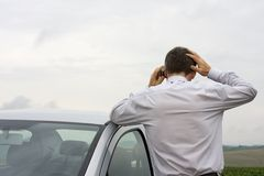 Homem de negócios preocupado que fala no telefone de pilha Foto de Stock