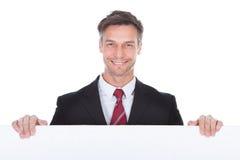 Homem de negócios Presenting Placard imagens de stock royalty free
