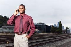 Homem de negócios preto no telefone fotos de stock royalty free