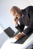 Homem de negócios preto no trabalho imagens de stock royalty free