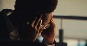 Homem de negócios preto novo cansado que trabalha com documentos no escritório da noite Retrato do homem de neg?cio consider?vel  vídeos de arquivo