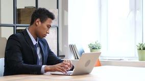 Homem de negócios preto Waiting no trabalho, tempo de observação video estoque