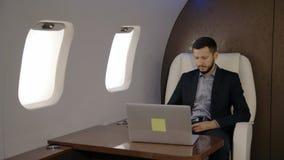 Homem de negócios principal novo do diretor do banqueiro que trabalha no portátil em seu plano privado vídeos de arquivo