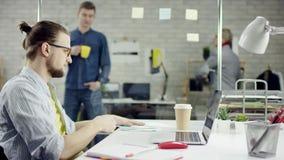 Homem de negócios produtivo que inclina o trabalho de escritório para trás de terminação no portátil, gerente eficaz satisfeito c video estoque