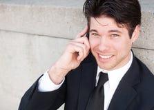 Homem de negócios profissional novo no telefone de pilha Imagens de Stock