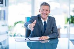 Homem de negócios pronto para agitar a mão fotografia de stock
