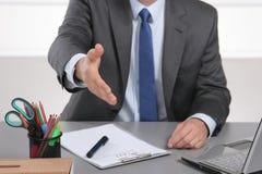Homem de negócios pronto para agitar a mão no escritório Fotos de Stock