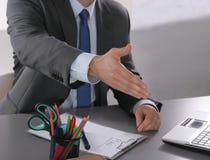Homem de negócios pronto para agitar a mão no escritório Imagens de Stock Royalty Free