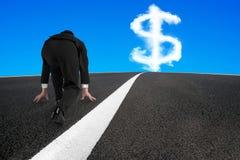 Homem de negócios pronto para ser executado na estrada asfaltada com sinal de dólar Fotos de Stock Royalty Free