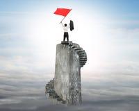 Homem de negócios que acena a bandeira vermelha sobre a torre Imagem de Stock