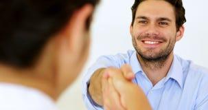 Homem de negócios que agita as mãos com candidato de trabalho video estoque