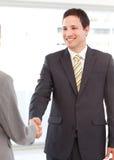 Homem de negócios que agita as mãos com uma mulher de negócios Fotos de Stock Royalty Free